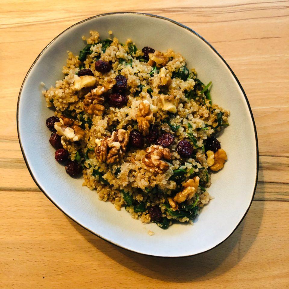You are currently viewing Spinat-Quinoa-Pfanne mit Walnüssen und Cranberries